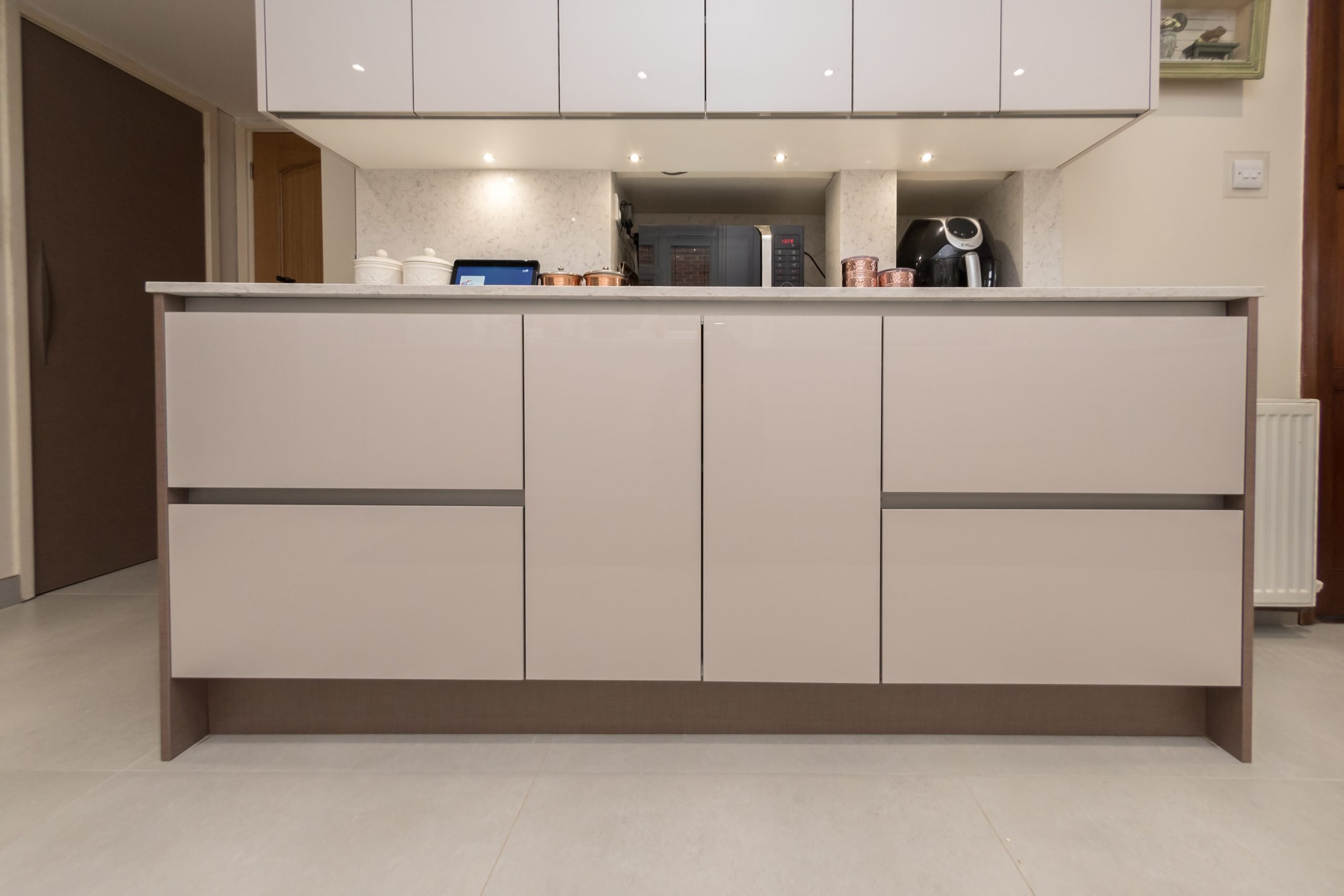 Bespoke Kitchen Moor Park Cashmere Lacquered Gloss Reflected Finish